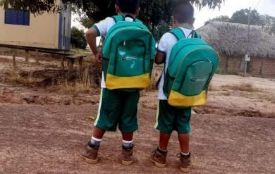 Alunos da Escola Indígena Sawopa  também receberam uniformes e mochilas escolares